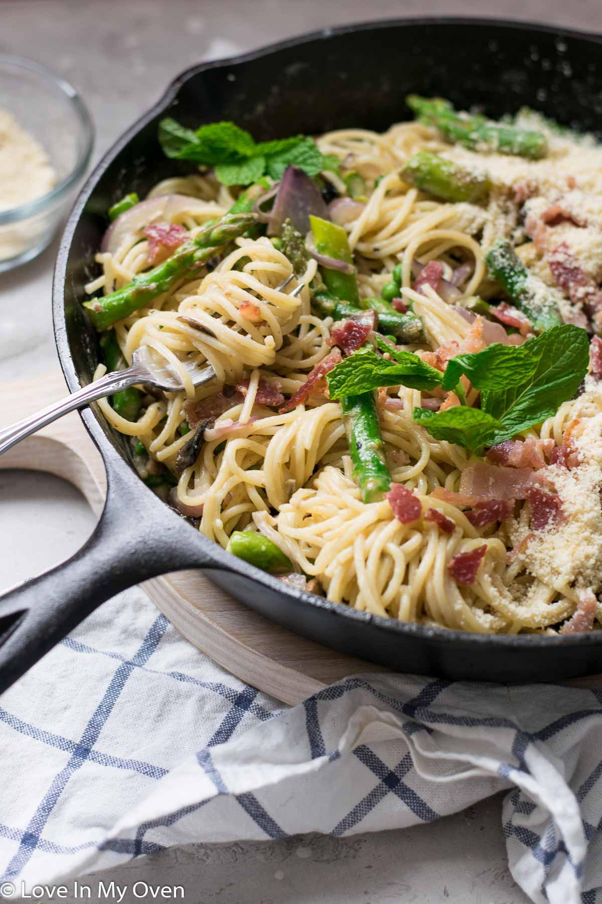 spaghetti carbonara with peas and asparagus